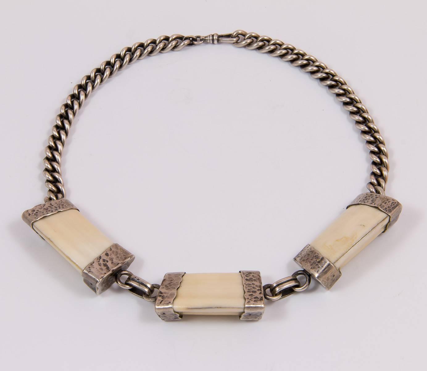 Halskette aus Keilerzähnen